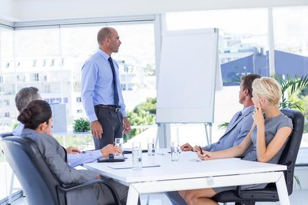 reuniones empresariales: La gente de negocios que escuchan durante la reunión en la oficina