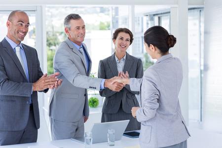 dando la mano: Panel Entrevista estrechando la mano de solicitante en la oficina