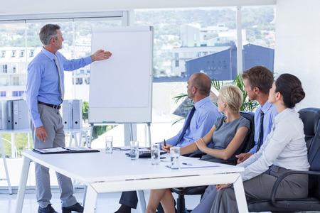 Mensen uit het bedrijfsleven luisteren tijdens de bijeenkomst in het kantoor