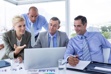 work meeting: Equipo de negocios trabajando juntos en la computadora port�til en la oficina