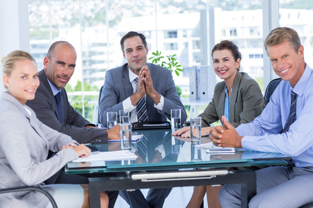 reuniones empresariales: Equipo de negocios durante la reuni�n en la oficina