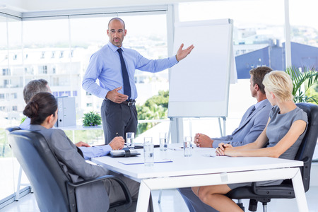 personas escuchando: La gente de negocios que escuchan durante la reunión en la oficina