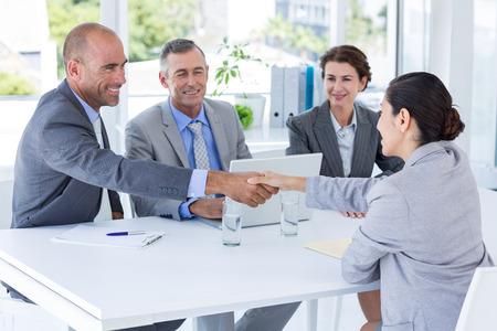 Interview panel luisteren naar verzoeker in het kantoor