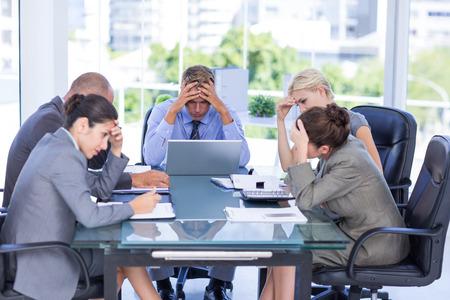 nerveux: Business team souriant � la cam�ra dans le bureau Banque d'images