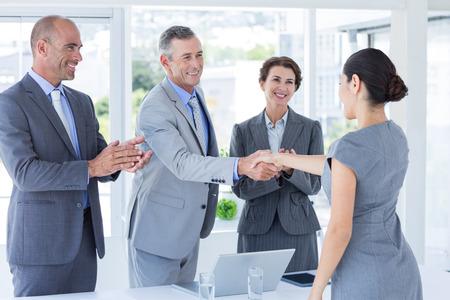 entrevista de trabajo: Panel Entrevista estrechando la mano de solicitante en la oficina