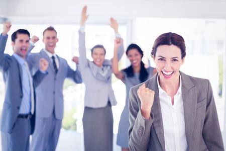 celebration: Squadra di affari che celebra un buon lavoro in ufficio Archivio Fotografico