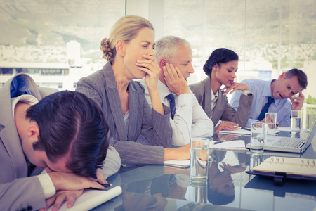 gente durmiendo: Equipo de negocios cansado en la conferencia en la oficina