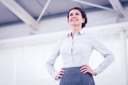 Lachend zakenvrouw staande in het kantoor
