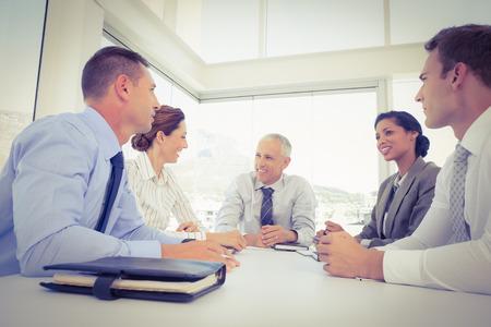mujeres juntas: Equipo de negocios sentados juntos alrededor de la mesa en la oficina