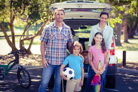 madre e hijo: Familia feliz que va a un camping en el parque en un d�a soleado