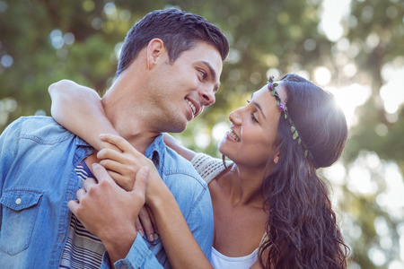 mujeres morenas: Linda pareja en el parque en un día soleado