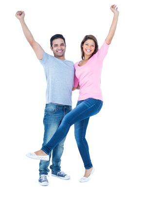 pareja abrazada: feliz pareja sonriendo a la c�mara y abrazando sobre fondo blanco