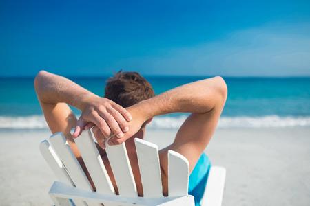 silla: Sirva la relajación en silla de cubierta en la playa en un día soleado