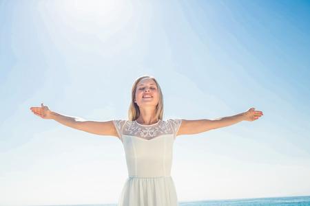 persona alegre: mujer feliz sonriendo a la playa