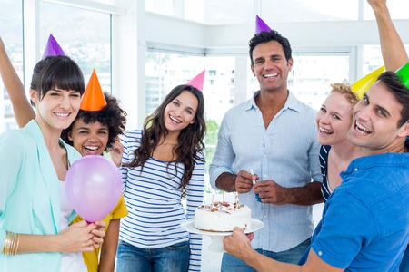 torta de cumpleaños: Retrato de la gente de negocios creativos que celebran un cumpleaños Foto de archivo