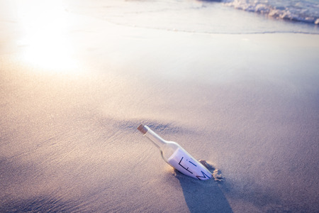 mamadera: Mensaje en una botella en la playa