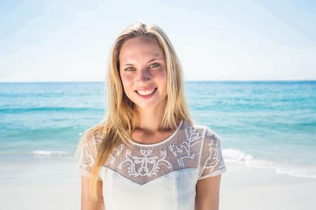 mujeres felices: mujer feliz sonriendo a la playa