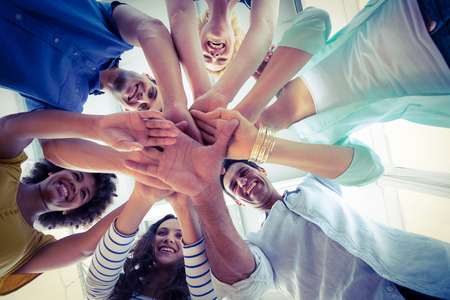 mujeres juntas: Equipo creativo poniendo sus manos en círculo