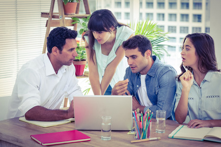 mujeres trabajando: Grupo de compañeros jóvenes tener una reunión en la oficina Foto de archivo