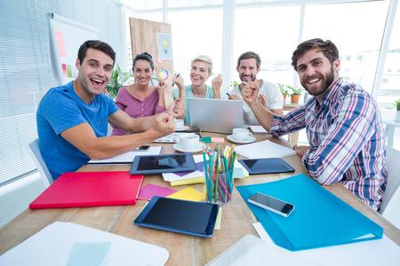 riendo: Retrato de la gente de negocios creativos en reunión en la oficina