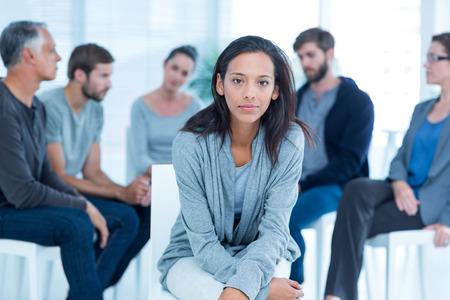 Vrouw troost elkaar in afkickkliniek groep tijdens een therapiesessie