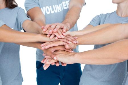 altruismo: Voluntarios Amigos felices poniendo sus manos juntas