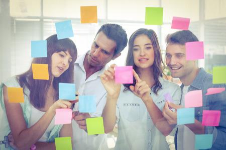 lluvia de ideas: La gente de negocios creativos j�venes que buscan en el editor de fotos en la oficina
