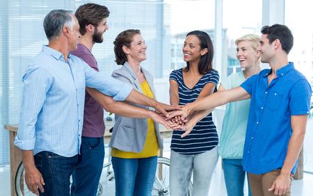 manos juntas: Personas felices del apilado sus manos juntas