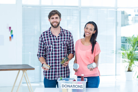 aliments: Portrait de sourire jeunes amis bénévoles denrées alimentaires de séparation
