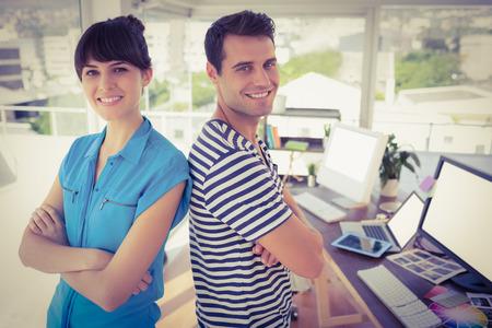 junge nackte frau: Portrait kreative junge Geschäftsleute posieren im Büro