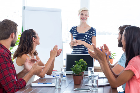manos aplaudiendo: Young business team clapping hands in a meeting Foto de archivo