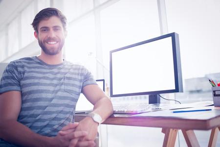 persona alegre: Cierre de vista de un hombre de negocios casual sonriendo a la c�mara