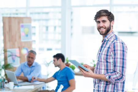 bel homme: Handsome d'affaires dans le bureau en utilisant la tablette