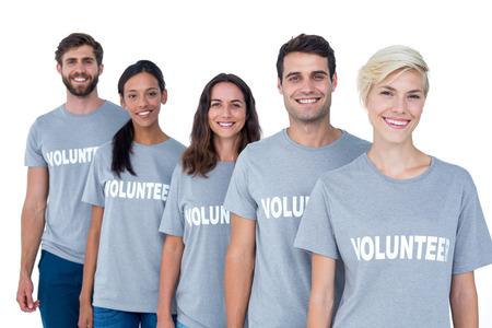altruismo: Retrato de voluntarios amigos felices sonriendo a la cámara