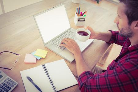 empresarios: Hombre de negocios creativo beber una taza de té en la oficina