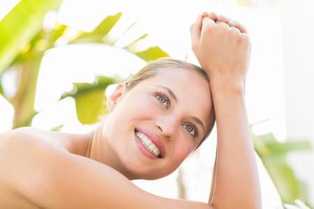 femme blonde: Gros plan d'une belle jeune femme sur la table de massage sur fond blanc