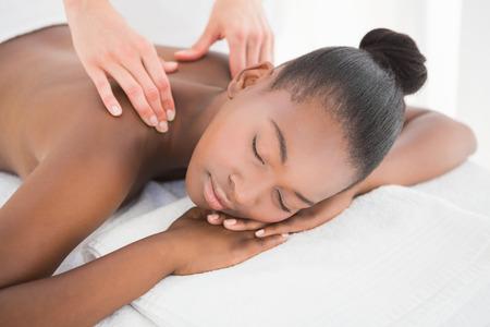 tratamientos corporales: Mujer bonita que disfruta de un masaje en el spa
