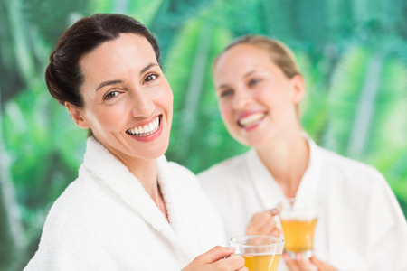 friendliness: Amigos de los pares que tienen un día de spa en el centro de rehabilitación