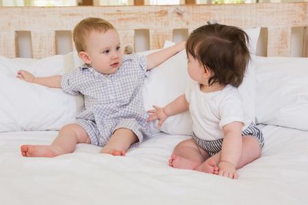 cute babies: Muy hermosa beb�s lindos ni�o y ni�a en el hogar en el dormitorio Foto de archivo