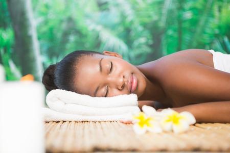 mujeres negras desnudas: Hermosa mujer tendida en la mesa de masaje en el spa de salud