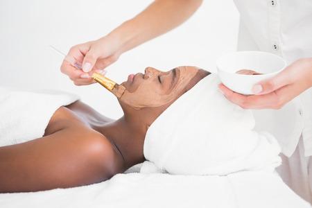 mujeres negras: Mujer bonita que consigue un tratamiento facial de chocolate en el centro de rehabilitación