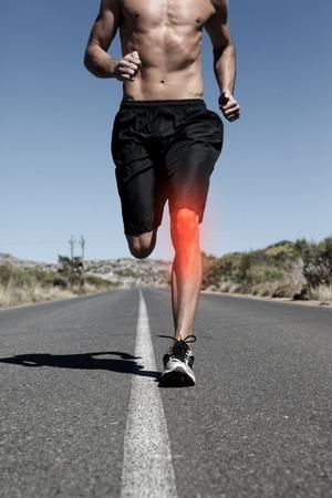 uomo rosso: digitale composito di ginocchio evidenziato di uomo che corre Archivio Fotografico