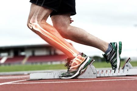 Compuesto de Digitaces de rodilla destacada del hombre a punto de carrera