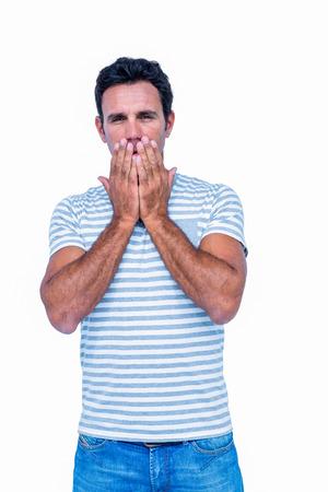 desolaci�n: Hombre triste con las manos en la boca en el fondo blanco