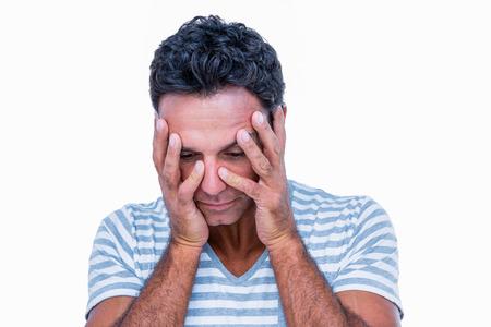 desolaci�n: Hombre triste con las manos en la cabeza en el fondo blanco Foto de archivo