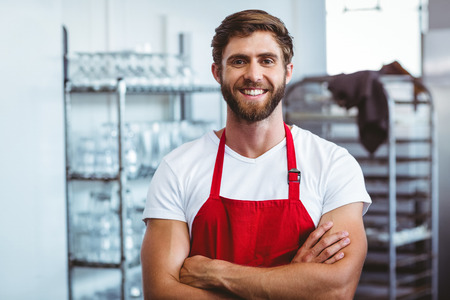 Beau barista souriant à la caméra au café Banque d'images - 42514965