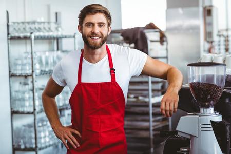 bel homme: Barista beau sourire à la caméra au café Banque d'images