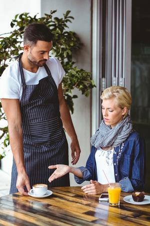 meseros: Argumentando rubia bonita con el camarero en el café