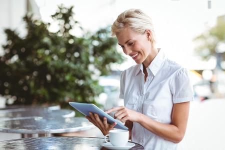 Bonne jolie blonde ordinateur tablette à l'aide Banque d'images - 42515135