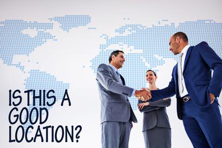personas saludandose: colegas de negocios que se saludan contra el mapa del mundo azul sobre fondo blanco